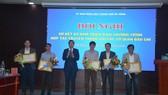 Chủ tịch UBND TP Đà Nẵng trao tặng bằng khen cho đại diện văn phòng Báo Sài Gòn Giải Phóng tại miền Trung đã có thành tích xuất sắc trong triển khai chương trình hợp tác truyền thông với các cơ quan báo chí giai đoạn 2017 - 2020