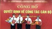 Ông Lê Trung Chinh, Chủ tịch UBND TP Đà Nẵng trao quyết định công tác cán bộ