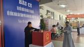 Ni sư Thích Nữ Diệu Cảnh, trụ trì chùa sư nữ Bảo Quang đi bầu cử tại phường Hòa Thuận Đông, quận Hải Châu, TP Đà Nẵng. Ảnh: ĐỨC LÂM