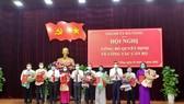 Lãnh đạo TP Đà Nẵng tặng hoa chúc mừng các cán bộ lãnh đạo vừa được điều động, bổ nhiệm