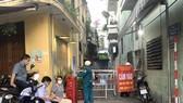 Lực lượng chức năng lập chốt chặn kiểm soát nguy cơ tại nơi bệnh nhân N.V.H. cư trú vào chiều 18-6