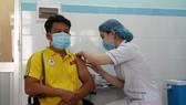 Nhân viên y tế Bệnh viện 199 tiêm vaccine Covid-19 cho vận động viên Paralympic Việt Nam
