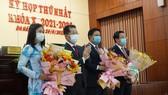 Bí thư Thành ủy Đà Nẵng tặng hoa chúc mừng các thành viên Thường trực HĐND TP Đà Nẵng khoá mới