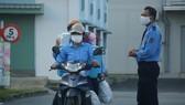 """Xe máy của các công nhân ở Đà Nẵng chất đầy vali, vật dụng sinh hoạt cá nhân... đổi ca làm việc khi tiếp tục 10 ngày """"phong tỏa cứng"""""""