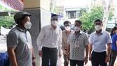 Ông Lê Trung Chinh, Chủ tịch UBND TP Đà Nẵng cùng lãnh đạo sở ban ngành và UBND các quận, huyện có buổi kiểm tra đối với các chợ truyền thống mở lại vào sáng 27-8
