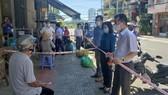 Ông Nguyễn Văn Quảng, Bí thư Thành ủy Đà Nẵng hỏi thăm người dân về thực tế đặt mua hàng hóa trong thời gian qua vào sáng 28-8