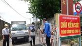 Khai báo y tế online tại lối vào thôn Nhơn Thọ 2, xã Hòa Phước
