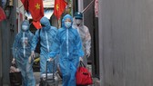 Người dân bắt đầu di dời ra khỏi nhà ở tổ 50 phường Thanh Bình để đến địa điểm giãn dân ở Trường THPT Trần Phú