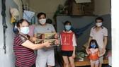 Bà Vũ Thị Nhu gửi 2 thùng mì tôm cho những người khó khăn ở xóm