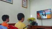 Học sinh dự khai giảng và học bài mới qua truyền hình