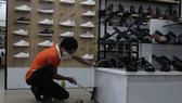 Nhân viên lau chùi, dọn dẹp trước khi mở cửa vào ngày mai (30-9)