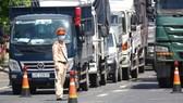 Tại chốt kiểm dịch cửa ngõ TP Đà Nẵng, các lực lượng phối hợp kiểm tra kỹ thông tin dịch tễ, kịp thời phát hiện khai báo không trung thực của công dân