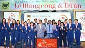 Thủ lĩnh Lê Quốc Phong và đội bóng VTV Bình Điền Long An tại lễ mừng công. Ảnh: DŨNG PHƯƠNG