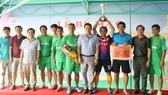 Ông Nguyễn Thanh Ngọc (áo trắng) - Phó Chủ tịch UBND tỉnh Tây Ninh trao thưởng cho đội vô địch hạng B.