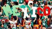 Người hâm mộ Mexico cuồng nhiệt trên khán đài. Ảnh: Reuters