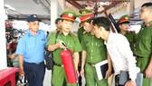 Lực lượng Cảnh sát PCCC kiểm tra an toàn PCCC  tại chợ Bình Tây (quận 6, TPHCM)
