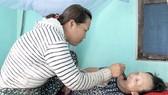Chị Nguyễn Thị Chút chăm sóc mẹ già 81 tuổi bị tai biến
