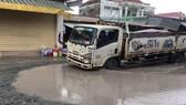 Xe tải ra vào thường xuyên khiến con đường hư hỏng nặng