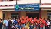 Tập thể HDTC phát quà cho trẻ em mồ côi tại chùa ở quận 7, TPHCM