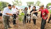 Bà Trương Thị Mai, Trưởng ban Dân vận Trung ương cùng các đại biểu thực hiện nghi thức trồng cây
