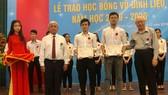 Các Mạnh Thường Quân đại diện Quỹ học bổng Vũ Đình Liệu trao học bổng cho sinh viên có hoàn cảnh khó khăn