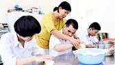 Cô Nguyễn Thị Thu Sương, giáo viên Trường PTĐB Nguyễn Đình Chiểu, hướng dẫn học sinh trong giờ học