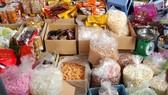 Tiêu thụ bánh mứt tết ở chợ truyền thống còn chậm