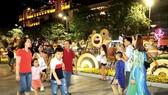 Đường hoa Nguyễn Huệ thu hút đông đảo du khách trong những ngày đầu năm. Ảnh: DŨNG PHƯƠNG