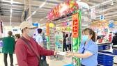 Khách hàng mua khẩu trang Co.op Select tại siêu thị Co.opmart Cai Lậy