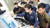 Học viên, sinh viên Trường Cao đẳng Kinh tế-Kỹ thuật TPHCM trong giờ thực hành trên hệ thống học cụ hiện đại. Ảnh: QUANG HUY