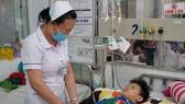 Nhân viên y tế BV Nhi đồng 1 đang theo dõi và chăm sóc bé N.H.L. sau phẫu thuật