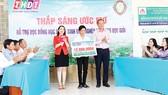 """Công ty TNHH MTV Xổ số Kiến thiết Đồng Tháp trao học bổng """"Thắp sáng ước mơ"""" tại xã Đốc Binh Kiều"""