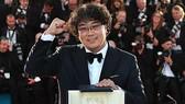 Đạo diễn Bong Joon Ho đã đem lại vinh quang cho Hàn Quốc với Cành cọ vàng tại LHP Cannes 2019. Nguồn: AFP