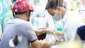 Người dân mua thuốc tại một nhà thuốc trên đường Thuận Kiều, quận 5, TPHCM. Ảnh: HOÀNG HÙNG