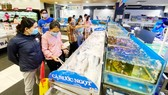 Nhiều mặt hàng thực phẩm không tăng giá, góp phần ổn định thị trường. Ảnh: CAO THĂNG