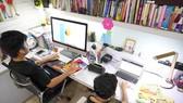 Hai em Nguyễn Huỳnh Bách (lớp 7 Trường THCS Đinh Thiện Lý) và Nguyễn Huỳnh Thông (lớp 3 Trường Tiểu học Võ Thị Sáu) học trực tuyến tại nhà. Ảnh: THANH TÙNG