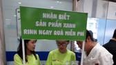 Tình nguyện viên hỗ trợ người tiêu dùng nhận diện sản phẩm xanh tại hệ thống siêu thị Co.opmart