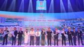 Ban lãnh đạo Tập đoàn Địa ốc Kim Oanh và các đối tác chụp hình lưu niệm sau nghi thức ký kết