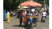 Chợ tự phát họp giữa đường