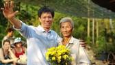 Đạo diễn Đặng Hồng Giang (trái) và người thờ dép cao su