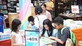Độc giả nhí tìm mua sách tại Hội sách Thiếu nhi TPHCM lần 2