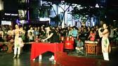Một buổi biểu diễn nghệ thuật trên phố đi bộ Nguyễn Huệ, quận 1, TPHCM. Ảnh: THÚY BÌNH