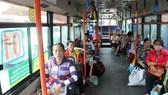 Hành khách đi xe buýt tuyến 01. Ảnh: CAO THĂNG
