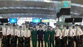 Phi hành đoàn và y, bác sĩ của Bệnh viện Bệnh Nhiệt đới Trung ương trên chuyến bay tới  Guines Xích đạo đón công dân Việt Nam mắc Covid-19 về nước