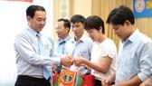 Lãnh đạo công ty trao quà tặng thân nhân thương binh, liệt sĩ