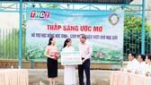 """Trao học bổng """"Thắp sáng ước mơ"""" giúp học sinh nghèo vượt khó học tập tại xã Mỹ Trà, thành phố Cao Lãnh, tỉnh Đồng Tháp"""