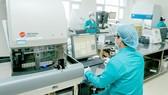 Nhân viên Bệnh viện Quân y 7A đang làm xét nghiệm tìm virus SARS-CoV-2. Ảnh: HOÀNG HÙNG