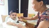 Hãy đưa trẻ vào nề nếp, cả trong ăn uống để tập cho con thói quen tốt sau này