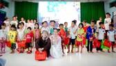Hai diễn viên Khả Như và Duy Khánh đã có một chuyến đi ý nghĩa khi mang đến Trung thu ấm áp cho các bé mồ côi tại Long An