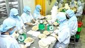 Chế biến thực phẩm phục vụ nhu cầu thị trường tại Sagrifood. Ảnh: CAO THĂNG